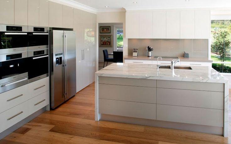 Suelo Laminado en lamas de color cerezo en cocina gris moderna