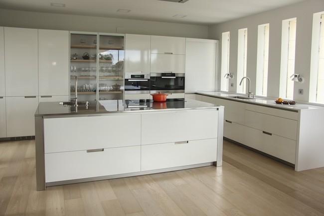 Suelo laminado enroble en cocina blanca de estilo moderno