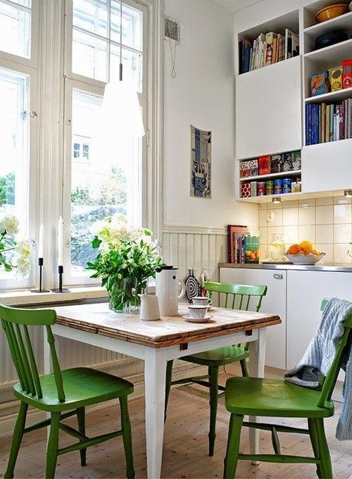 Sillas que aportan color a la cocina