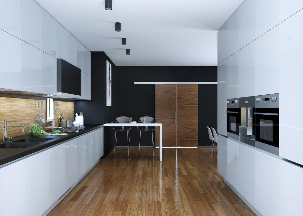 Suelo laminado en cocina blanca