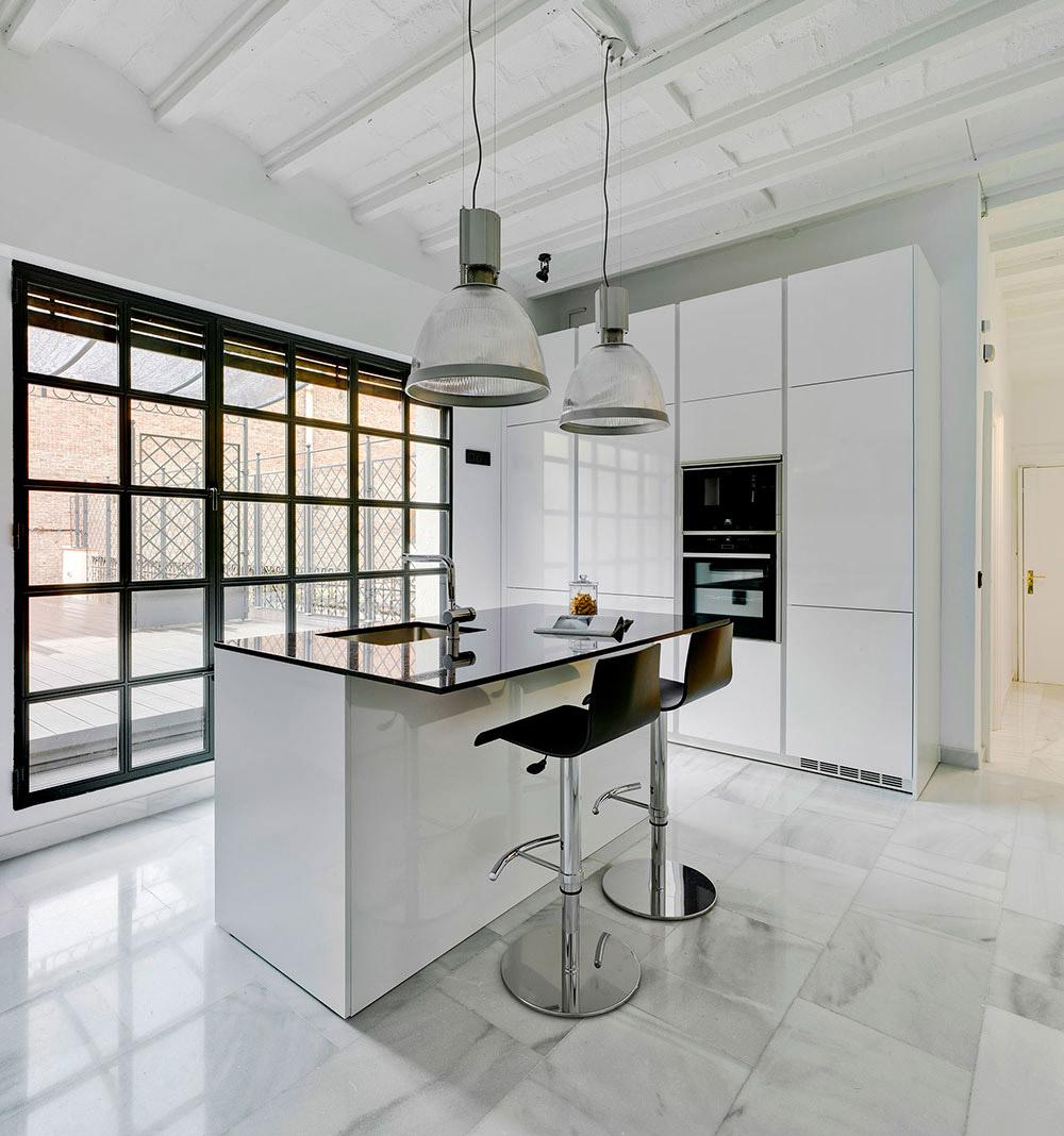 Cocina de estilo industrial de Santos Cocinas en color blanco