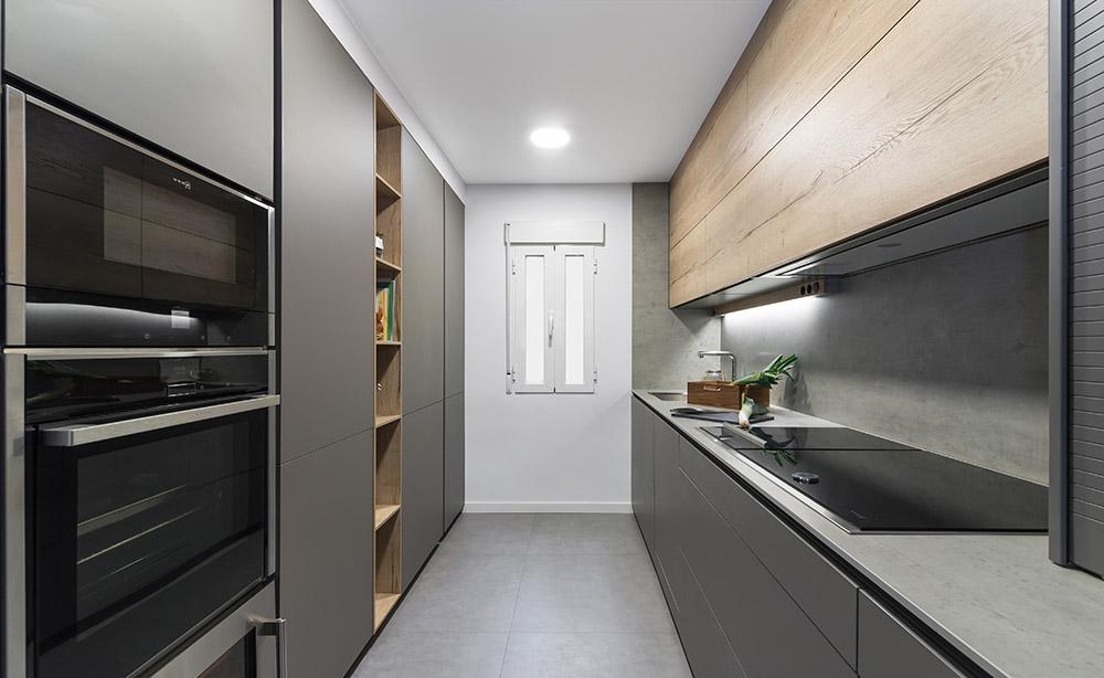 Cocina Santos frentes paralelos gris y madera clara