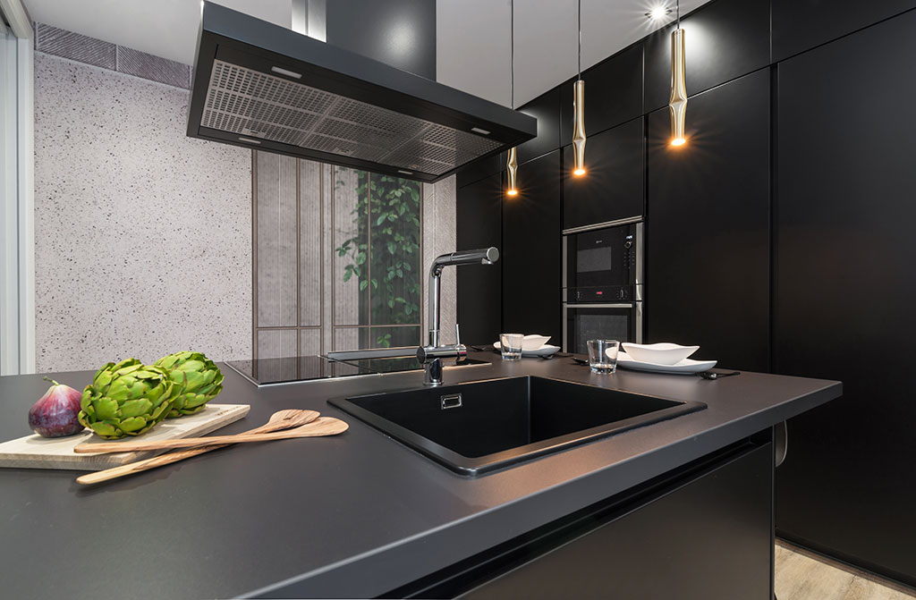 Encimera negra en cocina Santos
