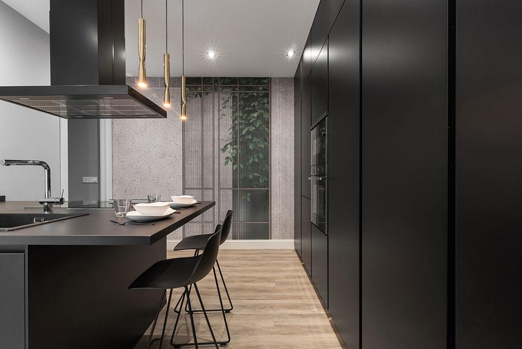 Muebles de cocina negros, barra a partir de encimera volada