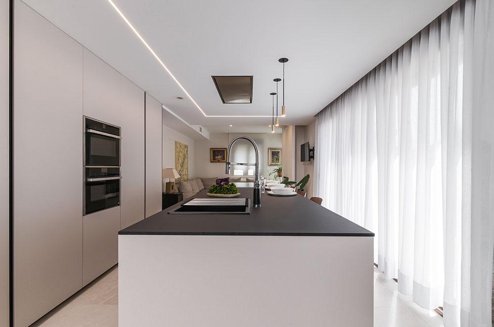 Cocina con isla y muebles suelo techo