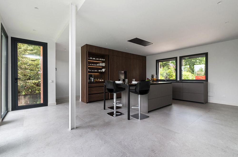 Cocina de diseño en gris nogal