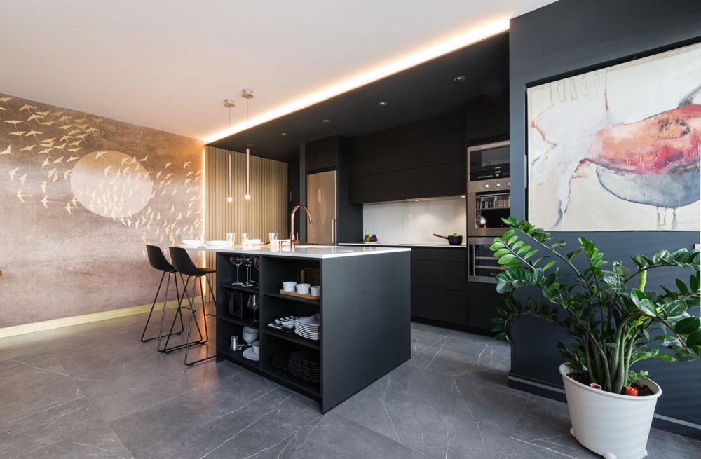 Cocina negra con detalles dorados de estilo moderno contemporáneo