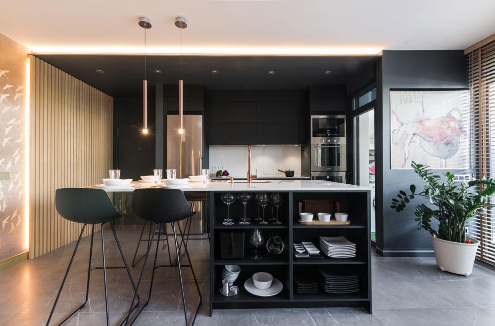 Cocina negra moderna abierta al salón