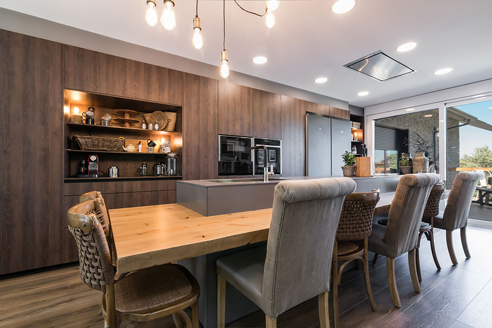 Barra de cocina desayuno en cocina clásica color roble