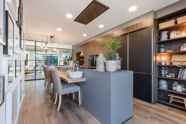 Cocina Santos clásica con isla en gris visón y roble en muebles altos de cocina