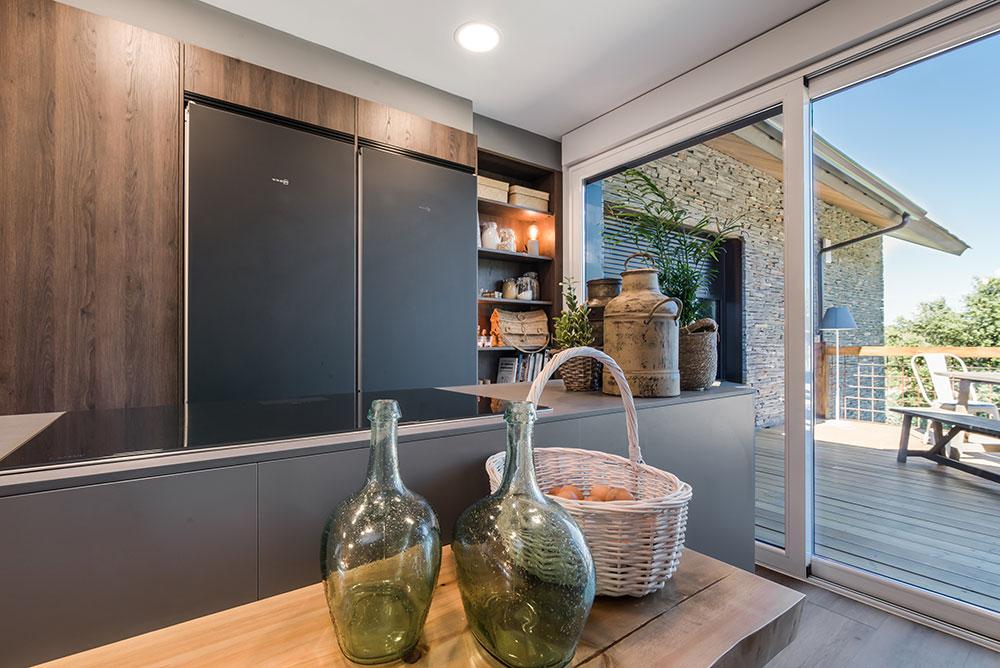 Cocina en madera Roble y gris junto a terraza