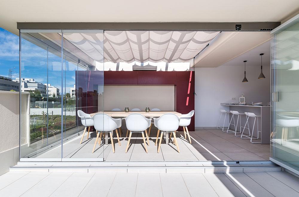 Cocina en terraza con acristalamiento