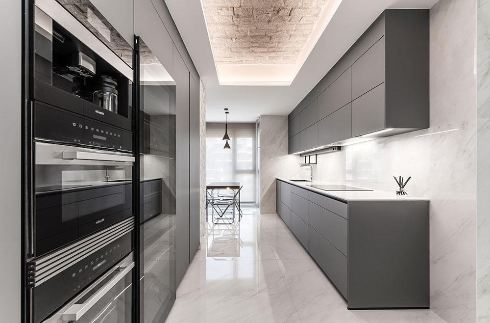 Cocina gris con frentes paralelos