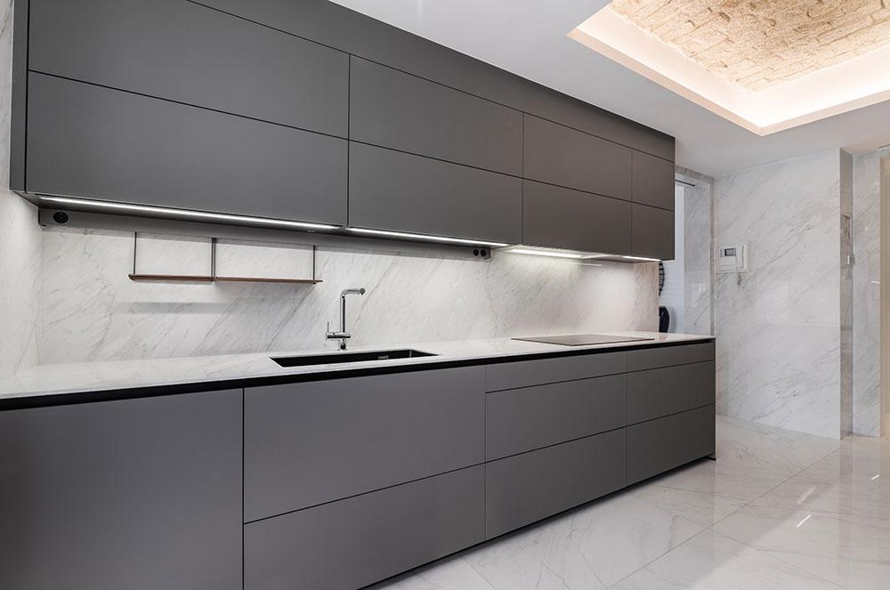 Cocina gris con suelo y paredes marmol