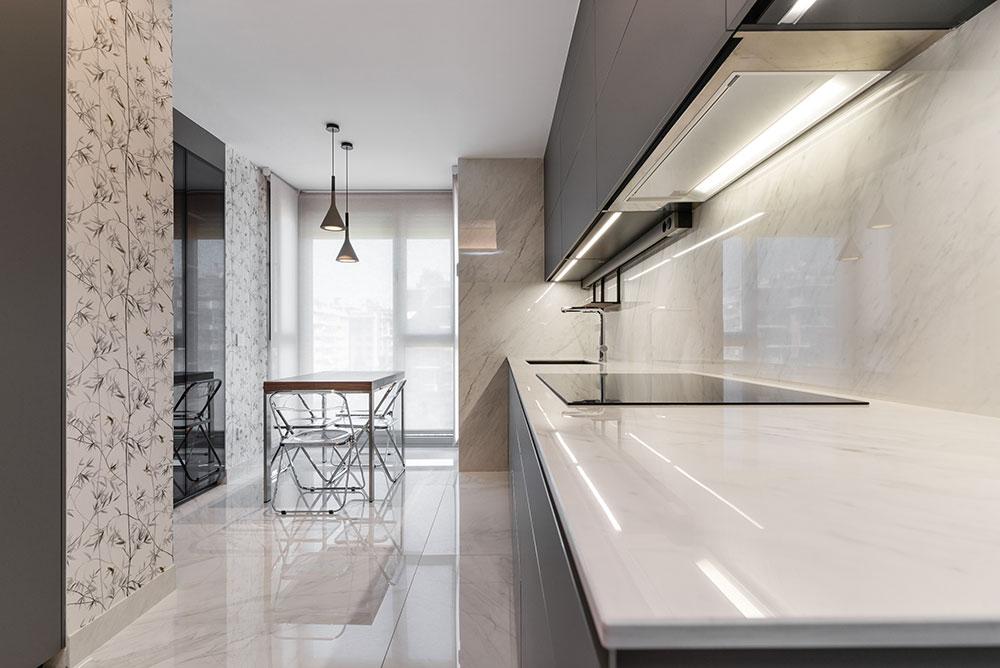 Cocina gris con suelos de marmol y papel pintado
