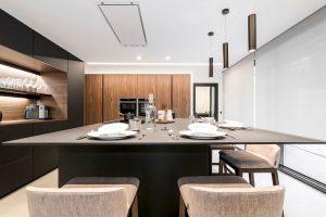 Cocina Santos negra y madera y Encimera Lapitec negra
