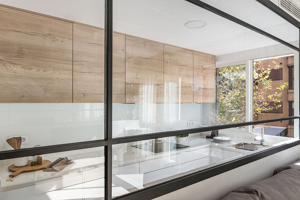 cocina estrecha ventanal