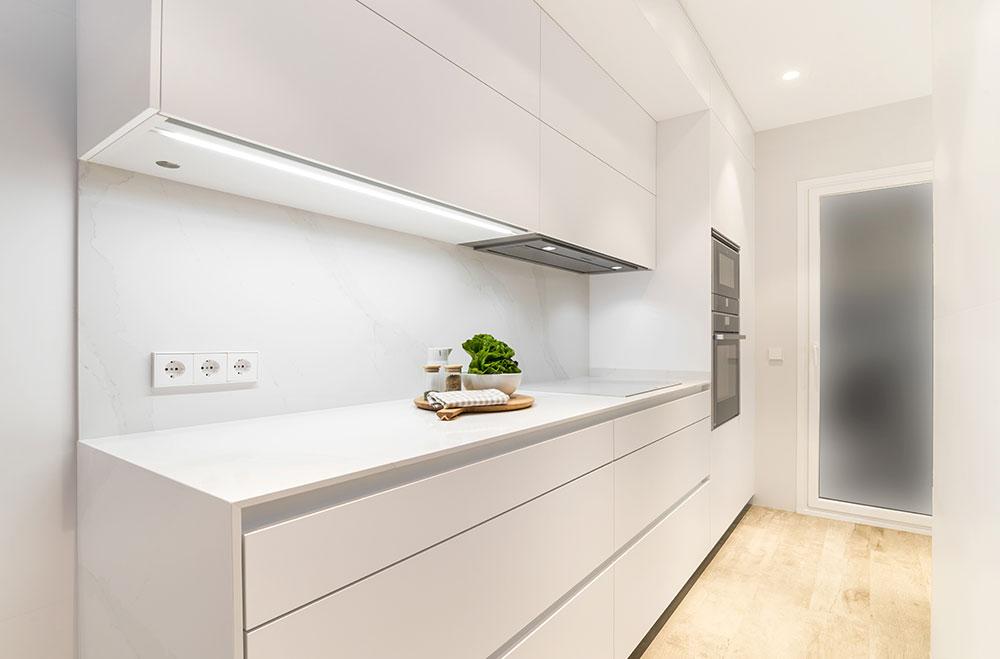 cocina-blanca-una-pared