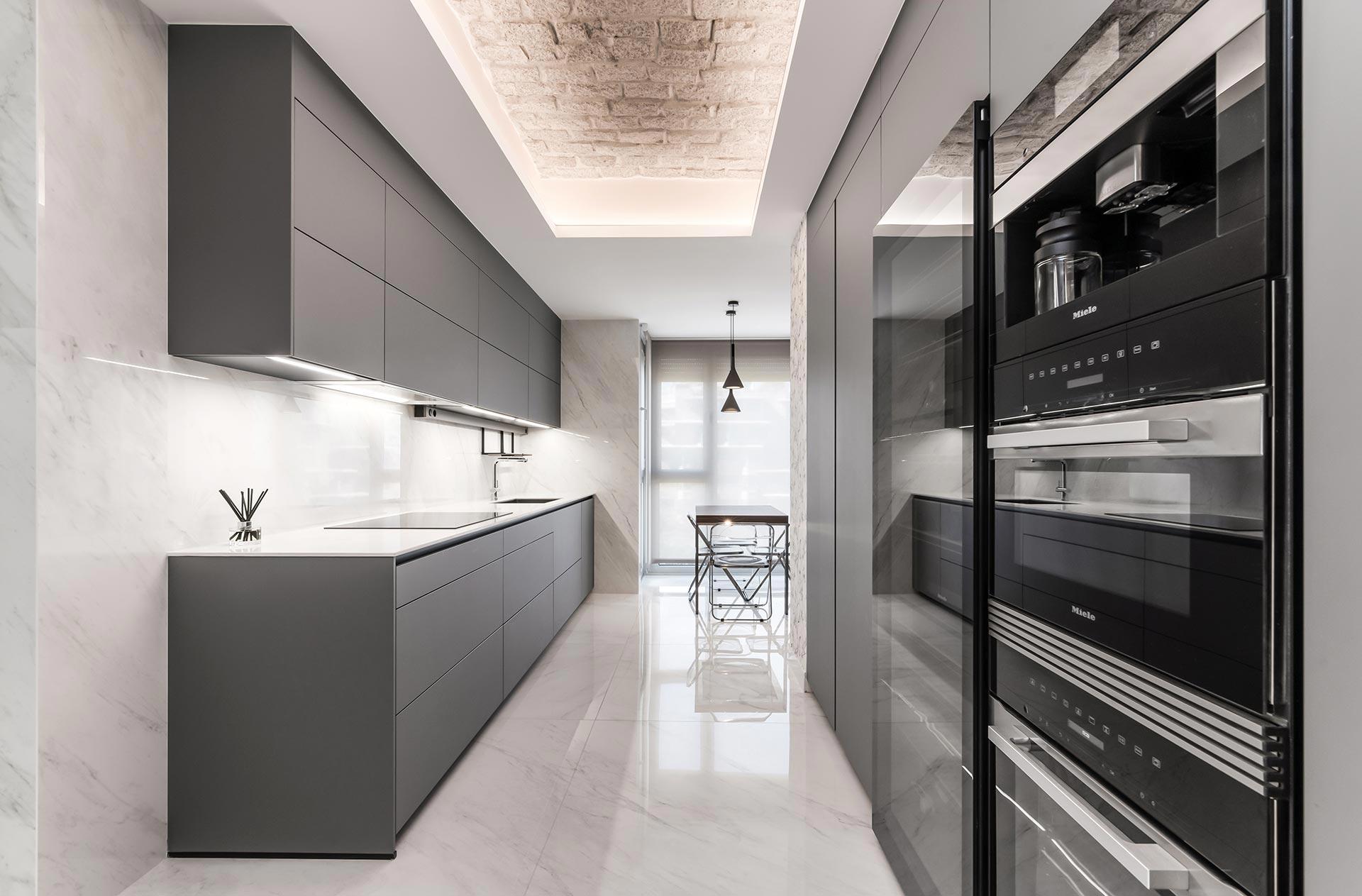 Cocina de lujo gris, suelo marmol