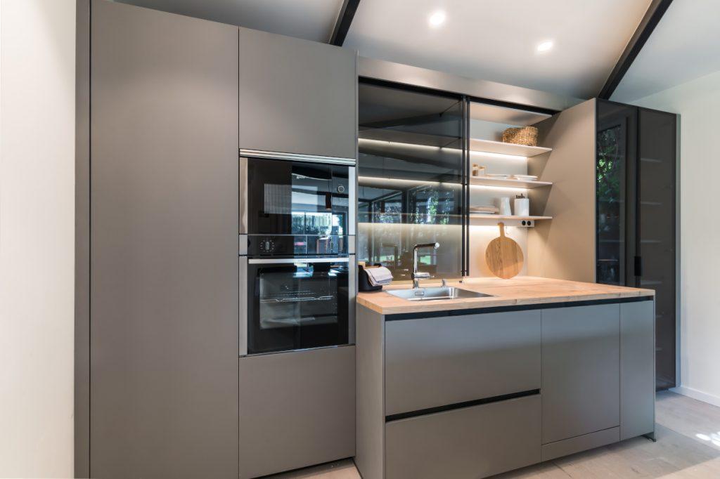 Diseño de cocina en color gris visón
