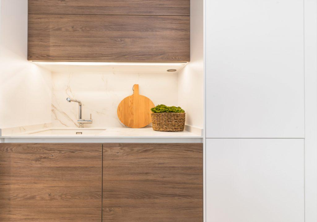 Diseño de cocina en blanco innsbruck y roble kairos