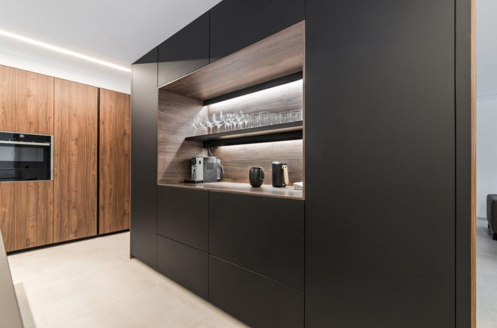 Diseño de cocina en negro lah y nogal tierra